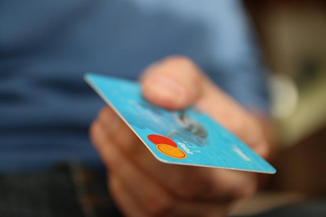 ruka, modrá platební karta