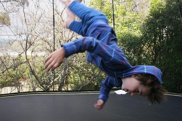 vzhůru nohama, chlapec, skok