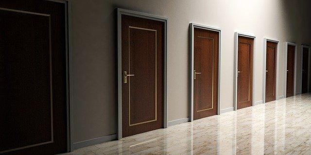 chodba s hnědými plastovými dveřmi